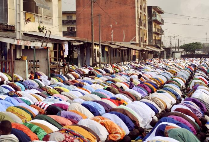 Ivory-Coast-Muslims-praying