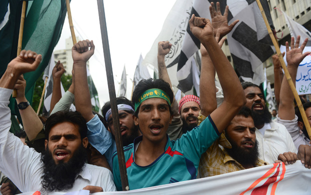 Supporters of Pakistan's hardline Jamaatud Dawa (JuD) shout anti-India slogans during a protest in Karachi on August 14, 2014. PHOTO: AFP