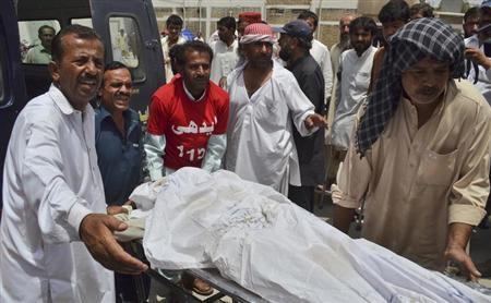 Hospital staff and rescue worker move the body of a man, who was killed by unidentified gunmen, from an ambulance to a morgue in Quetta August 6, 2013. REUTERS/Naseer Ahmed