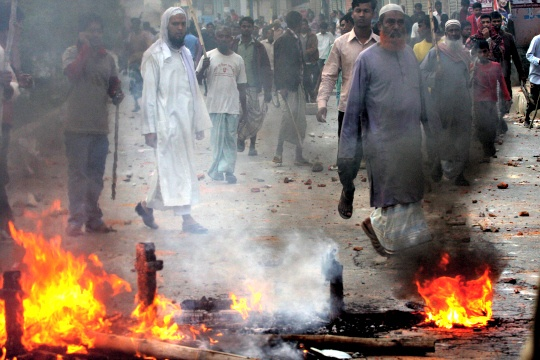 Muslims burning Hindu Houses In Bangladesh
