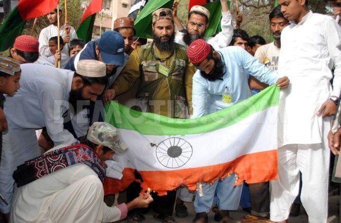 Kashmiri Muslims burning the Indian flag